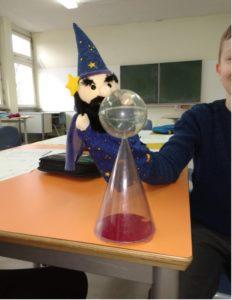 Willi zaubert den Fernsehturm auf den Schulhof.